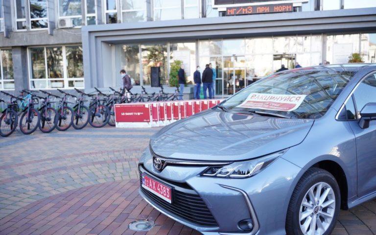 Призи за щеплення: тим, хто вакцинується проти коронавірусу, дарують велосипеди, телевізори та авто